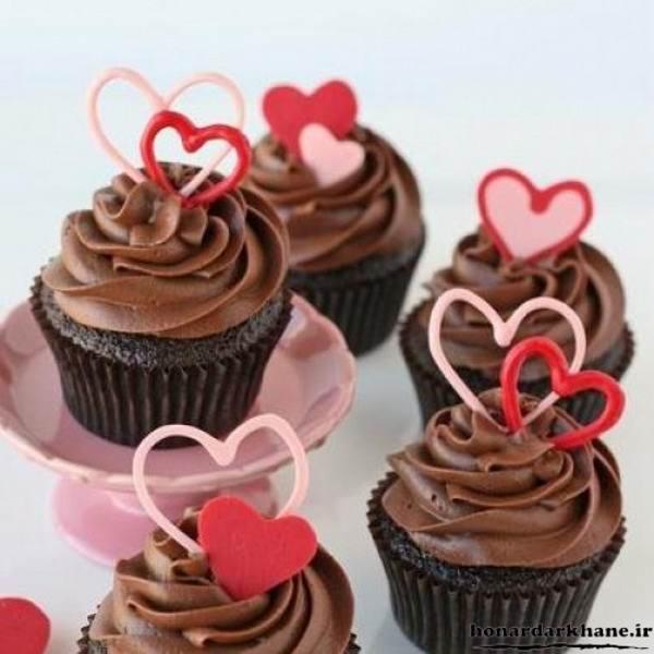 تزیین ساده شکلات بر روی کیک های فنجانی