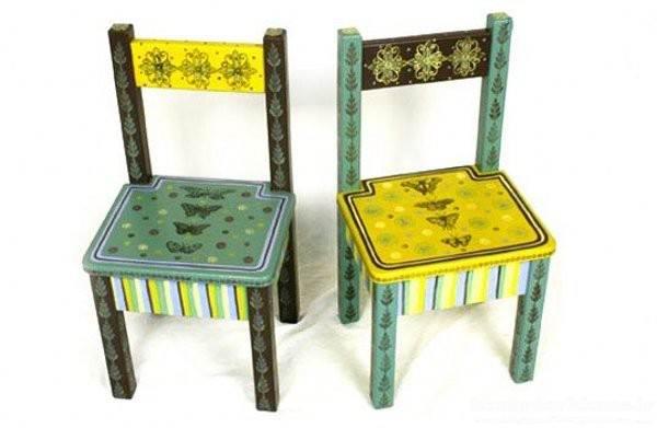 نقاشی روی صندلی چوبی