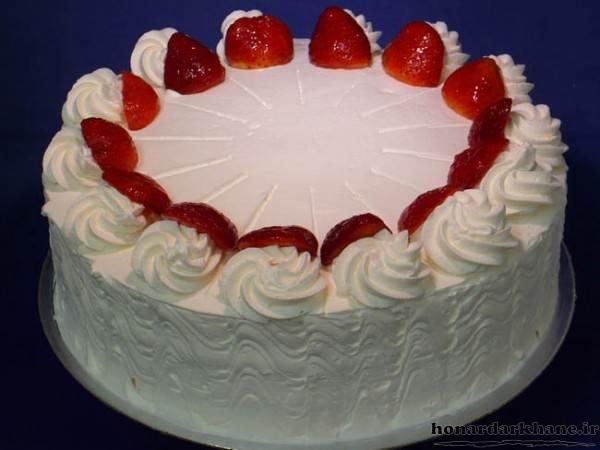 تزیین کیک با خامه و توت فرنگی