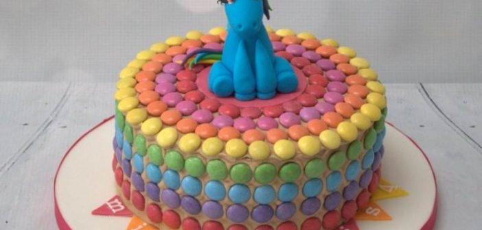تزیین کیک با دراژه های رنگی