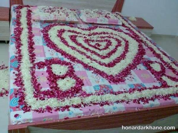 تزیین روی تخت با گلبرگ گل
