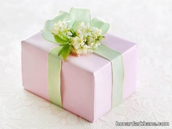 تزیین هدیه با روبان و گل