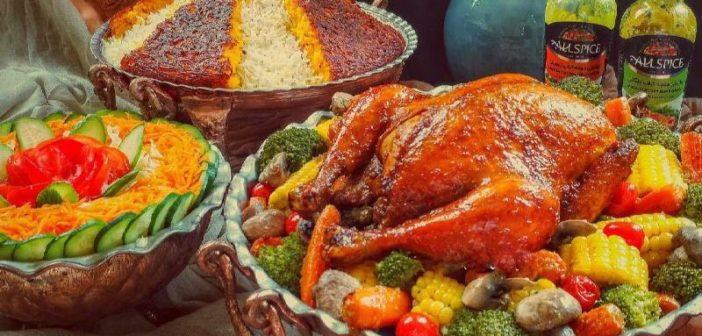 تزیین مرغ شکم پر مجلسی و زیبا در دیس با انواع خوراکی های ساده