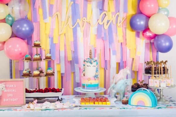 تم تولد رنگین کمان با تزیینات زیبا برای جشن تولد دخترانه و پسرانه