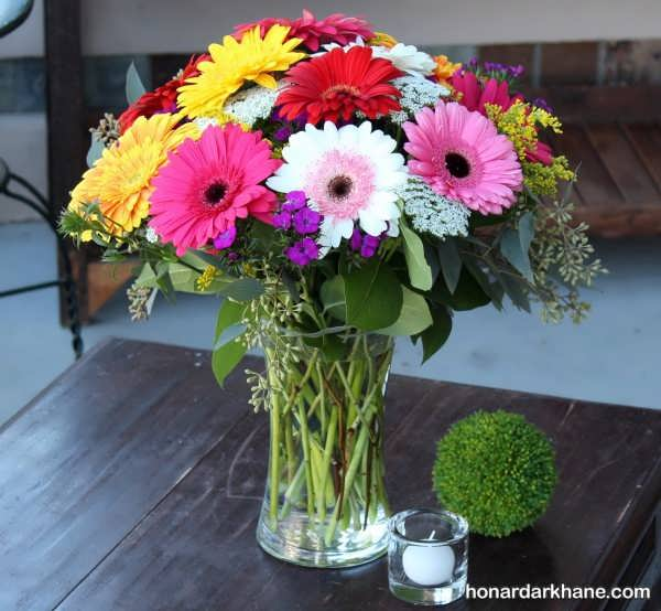 زیبا کردن میز با گل های مصنوعی