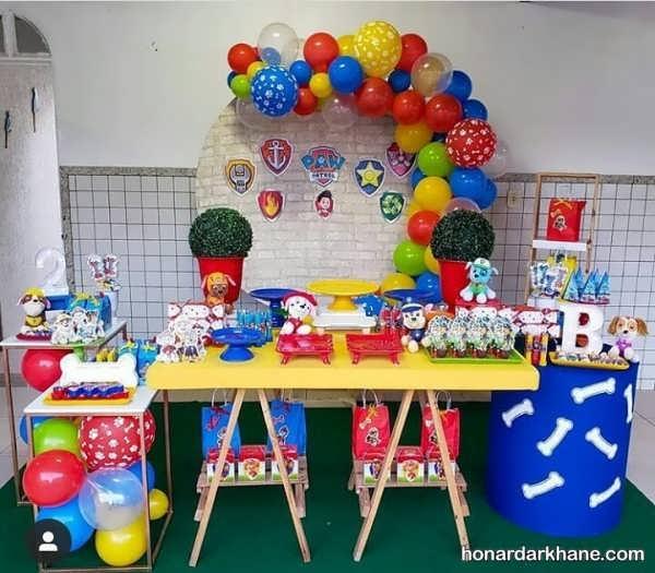 تزیینات تولد با زمینه شاد سگ های نگهبان