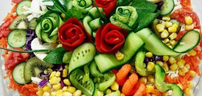 تزیین سالاد با خیار و گوجه فرنگی
